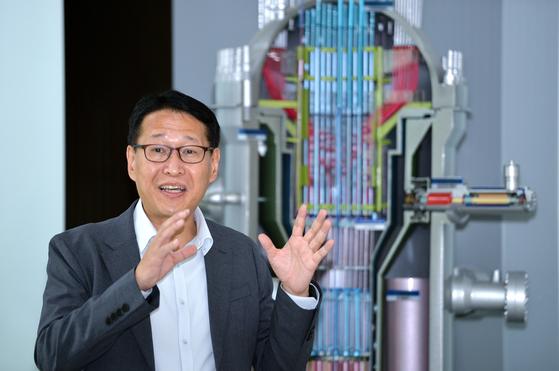 이태호 한국원자력연구원 SMART 개발단장이 지난 7일 오후 대전 한국원자력연구원에서 본지와 인터뷰하며 SMART 원자로와 혁신형 SMR(소형모듈원자로)에 대해 설명하고 있다. 프리랜서 김성태