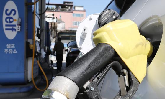 2일 서울의 한 주유소에서 차량에 기름을 넣고 있는 모습. 뉴스1