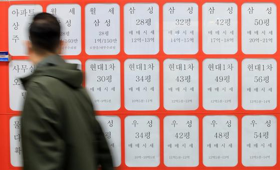 서울 아파트 전세 시장이 다시 들썩일 수 있다는 우려가 나오는 가운데 10일 서울 마포구의 한 부동산 중개업소에 매물 가격이 게시돼 있다. 뉴스1