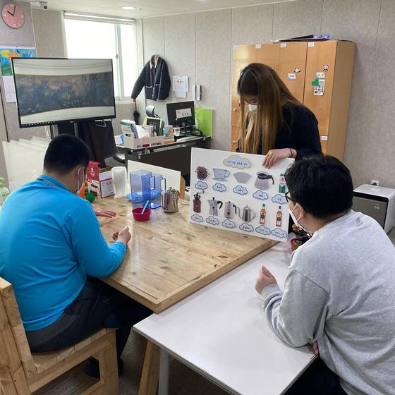 발달장애인 교육생들이 평생교육센터에서 바리스타에 대해 배우고 있다. [사진 서울시]