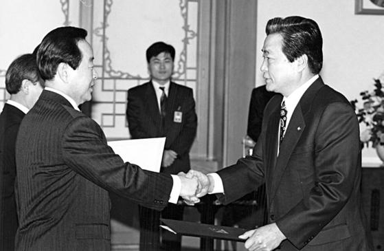 이한동 전 총리가 지난 8일 별세했다. 1993년 12월 김영삼 대통령에게 민자당 원내총무 임명장을 받는 이한동 의원. [중앙포토]