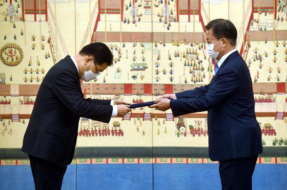 정의용 외교부 장관이 지난 2월 문재인 대통령에게서 임명장을 받는 모습. [청와대사진기자단]