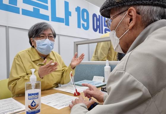 정은경 중앙방역대책본부장(왼쪽). 연합뉴스