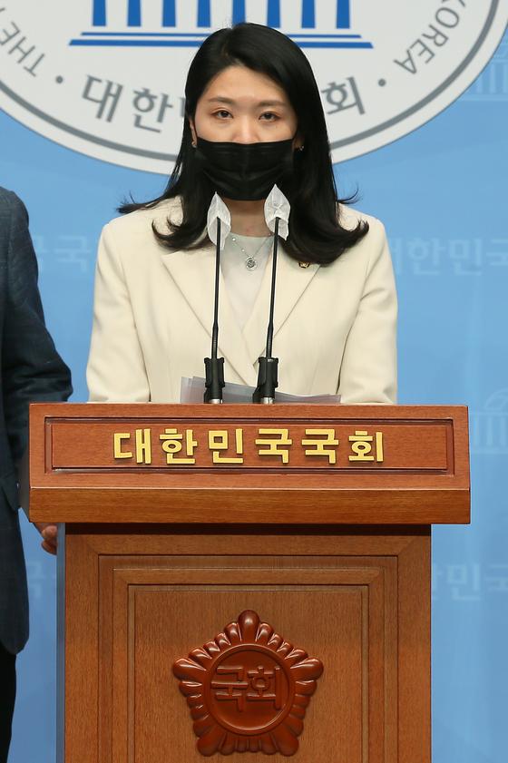 신현영 더불어민주당 의원이 10일 오후 서울 여의도 국회 소통관에서 '코로나19 백신접종 이상반응 신속지원법안(감염병 예방법 일부개정안)'발의 관련 기자회견을 하고 있다. 오종택 기자