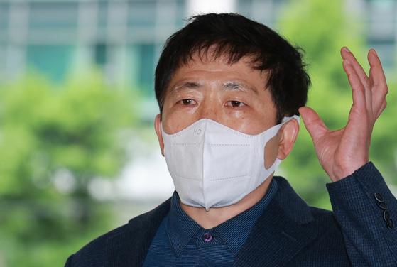 박상학 자유북한운동연합 대표가 10일 오후 종로구 서울경찰청에 조사를 받기 위해 출석하며 입장을 밝히고 있다. 연합뉴스