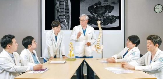 바른세상병원 척추센터는 정형외과·신경외과·재활의학과·마취통증의학과 등 11명의 분야별 의료진이 모인 척추 다학제 협진으로 환자 맞춤 치료 계획을 세운다. 김동하 객원기자