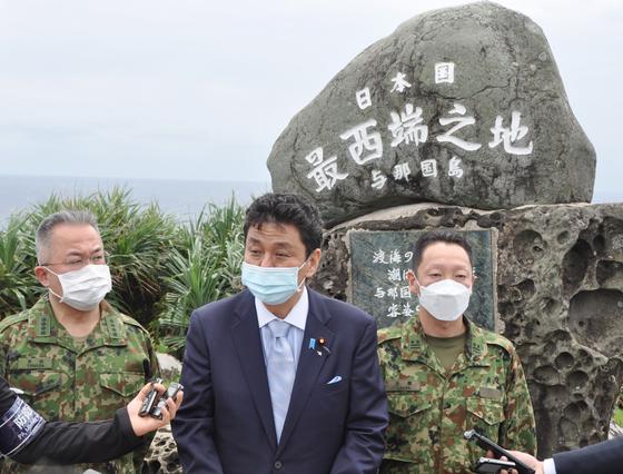 지난달 17일 오키나와현 요나구니지마를 시찰한 기시 노부오(가운데) 방위상이 '일본 최서단의 땅'이라고 적힌 비 앞에서 취재진의 질문에 답하고 있다. [사진=지지통신 제공]