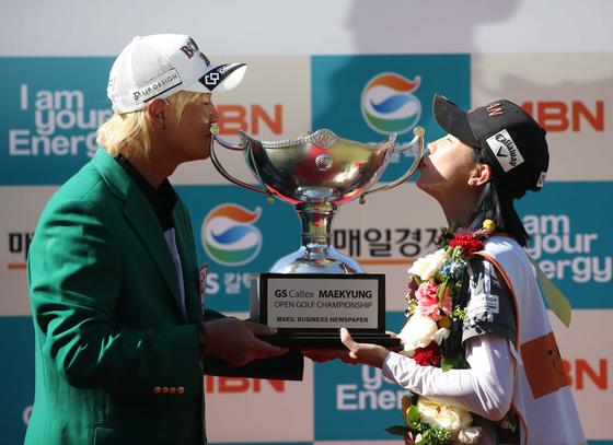 허인회와 캐디를 맡은 아내 육은채씨가 우승 트로피에 키스하고 있다. [사진 매경오픈 조직위]