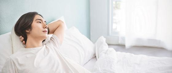 위산 역류 베개를 등에 대고 상체를 45도로 세우면 속 쓰림 증상을 완화할 수 있다.