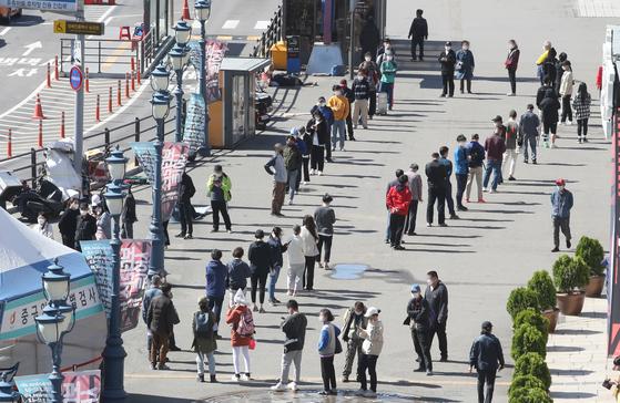 9일 서울 중구 서울역 광장에 마련된 신종 코로나바이러스 감염증(코로나19) 임시선별검사소에서 시민들이 검체 검사를 받기 위해 줄을 서고 있다. 뉴스1