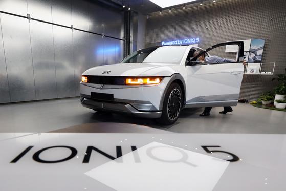 최근 서울 송파구 현대자동차 송파대로 지점에서 전시된 '아이오닉5'를 전시하고 있다.  현대자동차의 첫 전용 전기차 '아이오닉 5'는 사전계약 하루만에 2만3760대를 기록, 국내 완성차 모델 중 가장 높은 사전계약 대수를 기록했다. [뉴스1]