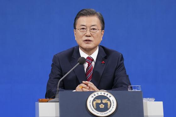 문재인 대통령이 지난 1월 18일 청와대 춘추관에서 열린 신년 기자회견에서 기자의 질문에 답하고 있다. 연합뉴스