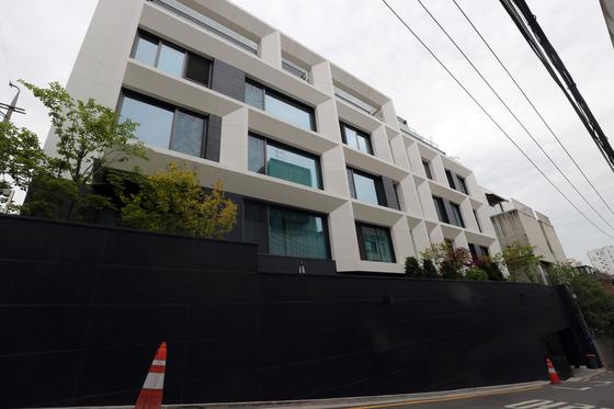 아파트 전세 보증금이 71억원에 달하는 아파트가 나왔다. 10일 국토교통부 실거래가 공개시스템에 따르면 서울 강남구 청담동 '브르넨(BRUNNEN)청담' 전용면적 219.96㎡는 지난 2월19일 보증금 71억원(5층)에 전세 계약을 체결했다.  역대 최고 금액으로 3.3㎡당 1억671만원 수준이다. 아파트 전세 보증금이 3.3㎡당 1억원을 넘은 것은 이번이 처음이다. 사진은 이날 브르넨청담의 모습. 2021.5.10/뉴스1