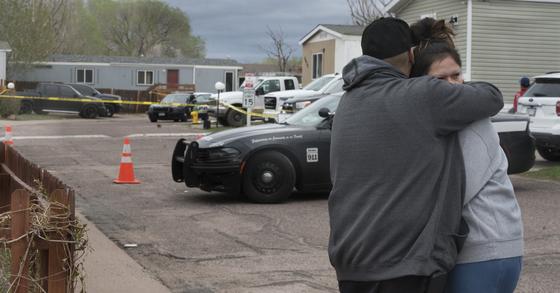 9일(현지시간) 미국 콜로라도주의 한 생일 파티 현장에서 총격사건이 발생해 범인 포함 7명이 숨졌다고 경찰이 밝혔다. 사건 현장에서 희생된 이들의 가족과 친구들이 포옹하며 위로하고 있다. AP=연합뉴스