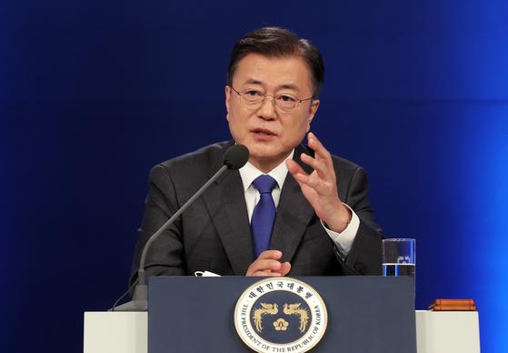 문재인 대통령이 10일 청와대에서 취임 4주년 특별연설 직후 기자의 질문에 답하고 있다. 연합뉴스
