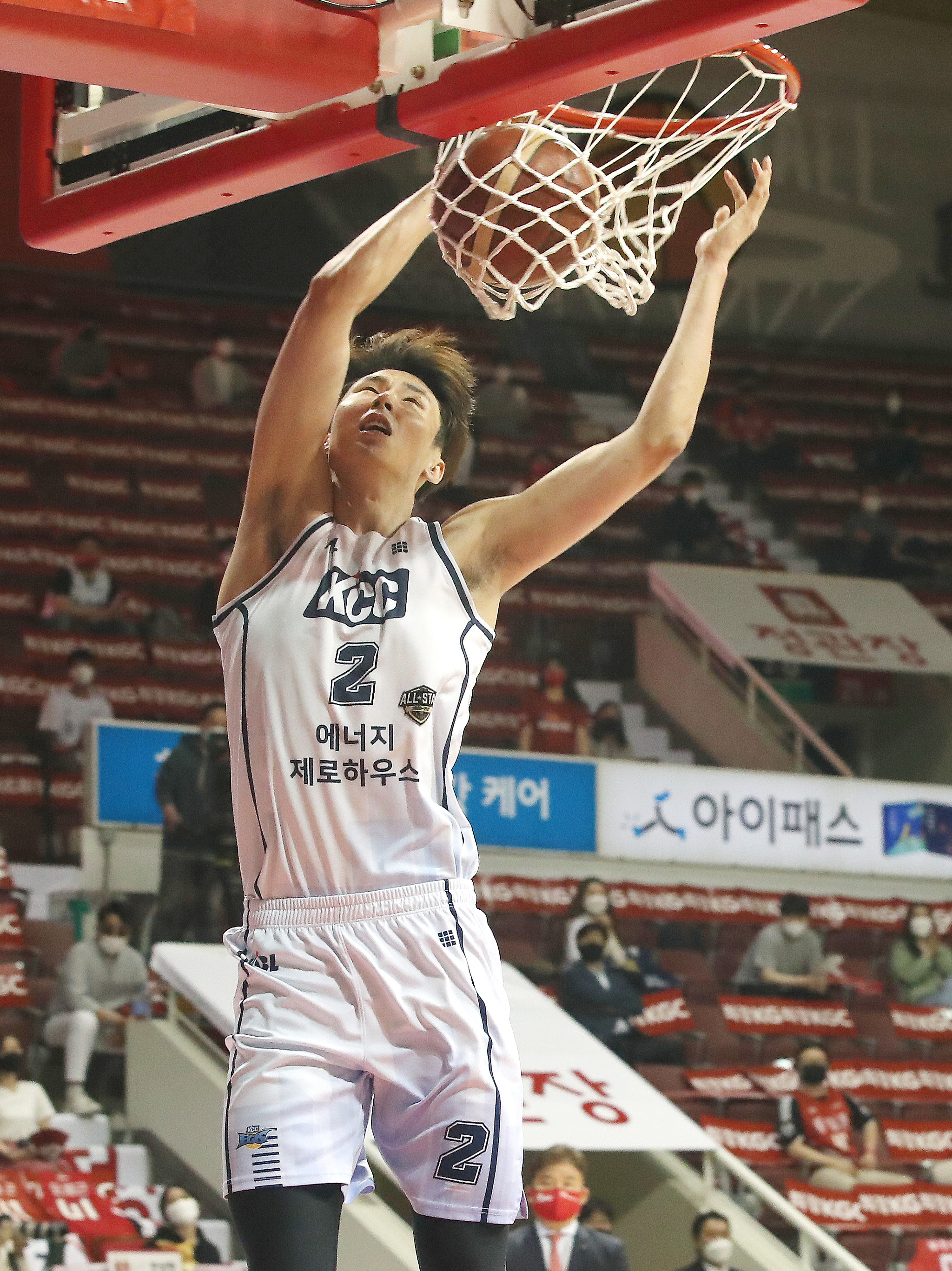 프로농구 챔프전 4차전에서 득점을 올리는 KCC 송교창. [뉴스1]