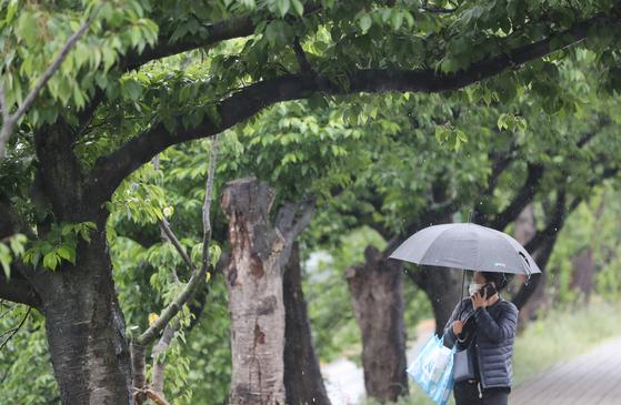 10일 오전 충북 청주시 상당구 거리를 한 시민이 우산을 쓴 채 걷고 있다. 연합뉴스