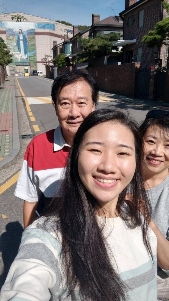 생전 부모와 함께 환하게 웃고 있는 대만 유학생 쩡이린씨. 사진 쩡이린 친구 모임 제공
