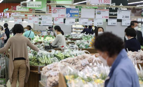 9일 이날 서울 양재동 농협 하나로마트에서 시민들이 장을 보는 모습. 연합뉴스