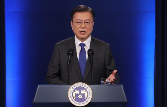 문재인 대통령이 10일 청와대 춘추관 대브리핑룸에서 취임 4주년 특별연설을 하고 있다. 연합뉴스