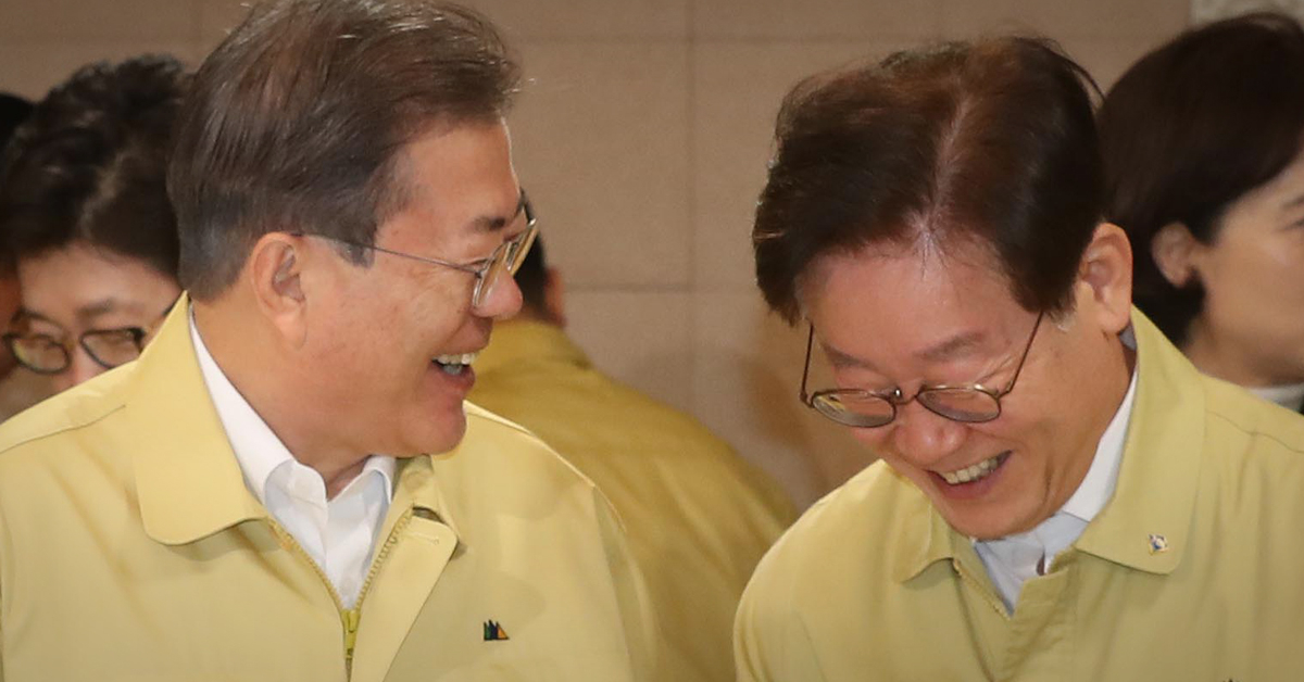 문재인 대통령(왼쪽)과 이재명 경기도지사. 사진은 지난해 2월 4일 오전 청와대에서 열린 국무회의 모습. 청와대사진기자단