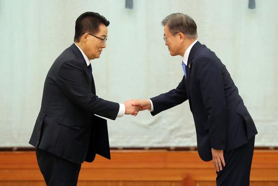 박지원 국정원장이 2020년 7월 임명장을 받고 문재인 대통령과 악수하는 모습. [청와대사진기자단]