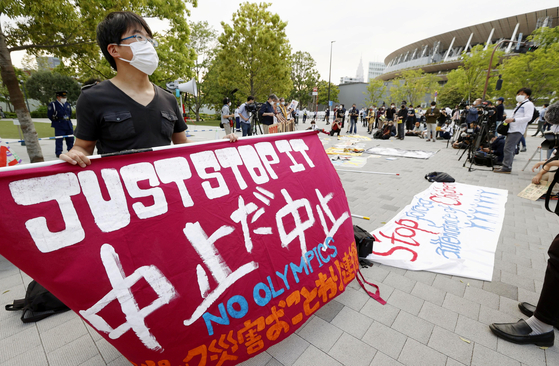 9일 일본 도쿄에서 시민들이 올림픽 개최에 반대하는 시위를 벌이고 있다. [교도=연합뉴스]