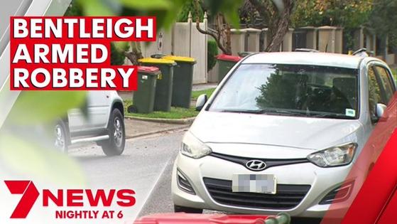 최근 호주에서 차량 강도행각을 벌인 두 남성이 차량을 훔치려다 실패하고 도주했다. 현지 경찰은 피해 남성이 운전하던 현대차 i30 차량이 수동 변속기 차량이라 강도들이 운전을 하지 못해 차량 도난을 면한 것으로 보고 있다. [7뉴스 트위터]