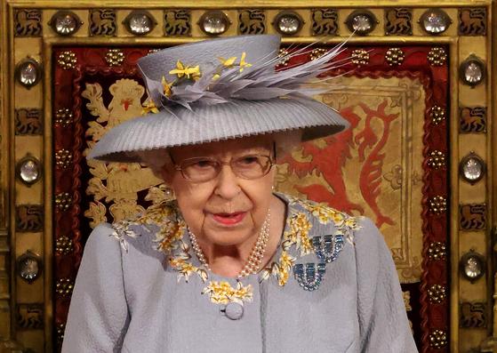 엘리자베스2세 영국 여왕이 11일(현지시간) 웨스트민스터 의사당에서 의회의 새 회기를 알리며 '퀸스 스피치'를 통해 영국 정부의 입법안을 발표했다. [AFP=연합뉴스]
