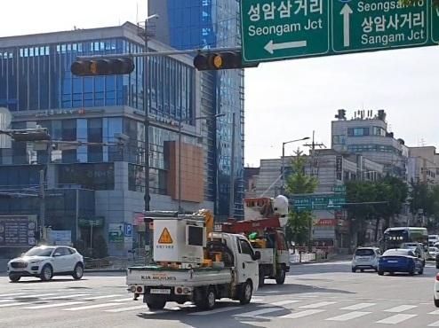 지난 10일 박신영 전 아나운서의 SUV차량과 배달원의 오토바이가 충돌한 상암초 사거리. 편광현 기자