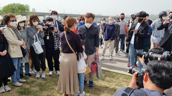 카네이션을 선물받고 가는 손현씨에게 일반 시민 모녀가 다가와 위로의 말을 건네고 있다. 조강수 기자