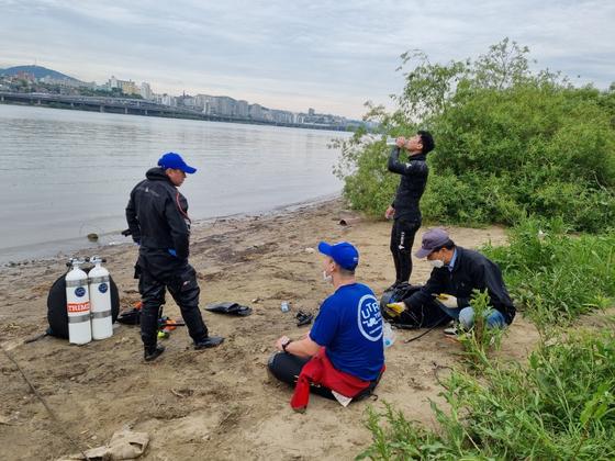 10일 오후2시쯤 서울 반포 한강공원에서 손씨 친구의 휴대전화를 수색하기 위해 자원으로 나선 민간 잠수부, 안전요원, 민간수색팀장의 모습. 최연수기자