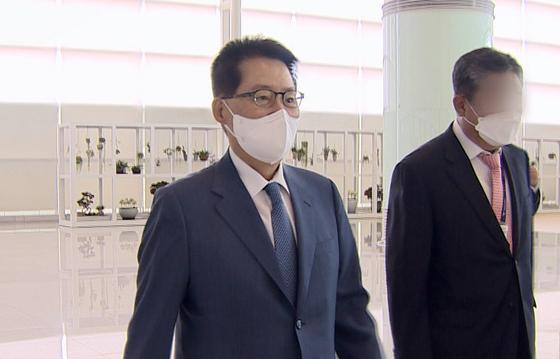 박지원 국가정보원장이 11일 한미일 정보기관장 회의에 참석하기 위해 인천공항을 통해 일본으로 출국하고 있다. [연합뉴스]