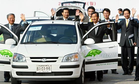 2004년 곽결호 당시 환경부장관(운전석 옆)과 정부 관계자들이 정부과천청사에서 현대자동차가 개발한 초기 하이브리드 차량을 시승하기 전 손을 흔드는 모습. 중앙포토