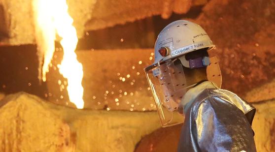 LS니꼬동제련 직원이 1250도 용광로 앞에서 구리 주조 작업을 하고 있다. [연합뉴스]