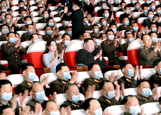 김정은 북한 국무위원장과 부인 이설주 여사가 5일 평양에서 열린 군인가족예술 소조 공연을 관람했다고 지난 6일 노동신문이 보도했다. 이날 관람석에 앉은 김 위원장 부부와 고위 간부들만 다른 군인들과 달리 마스크를 쓰지 않았다. 뉴스1