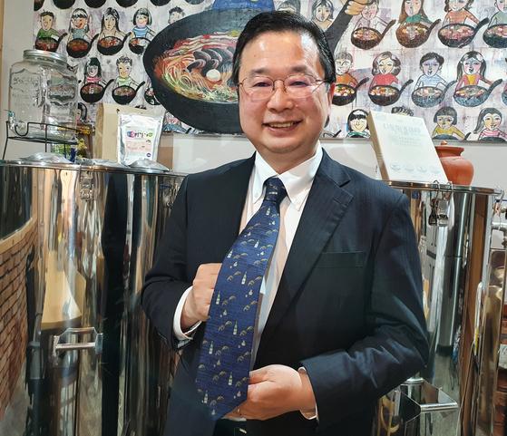 전주 막걸리 공장을 방문한 추조 가즈오 주한일본대사관 공보문화원장. 넥타이를 들어보이고 있는데, 술을 빚는 재료인 쌀과, 술병이 그려져 있어서다. 술 문화 탐방인만큼 일부러 이 타이를 골랐다고. 전수진 기자