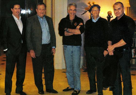 2011년 빌 게이츠가 제프리 엡스타인의 맨해튼 대저택에서 사람들과 어울리고 있다. 왼쪽부터 제임스 스테일리 JP모건 임원, 래리 서머스 전 재무장관, 엡스타인, 빌 게이츠, 보리스 니콜릭 게이츠재단 과학 자문관.
