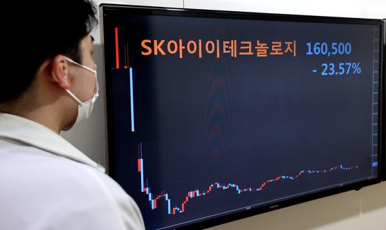SK아이이테크놀로지(SKIET)가 유가증권시장에 상장한 11일 오전 서울 종로구 연합인포맥스에 설치된 화면에 SKIET 시간대별 주가 그래프가 표시돼 있다. 연합뉴스