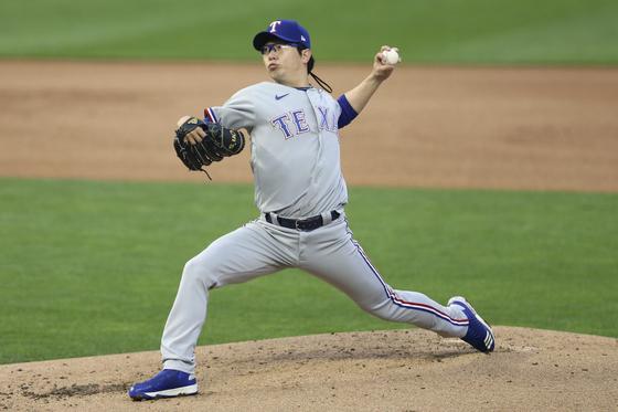 MLB 첫 선발등판인 6일 미네소타 트윈스전에서 역투하는 텍사스 양현종. [AP=연합뉴스]