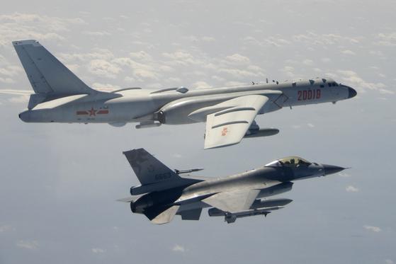 지난해 2월 중국의 H-6 전략폭격기가 대만에 접근해오자 대만 F-16 전투기가 바짝 다가가 경계 비행하는 모습을 대만 국방부가 공개했다. 지난해 초 차이잉원 대만 총통이 '일국양제'를 거부한다고 발언한 이후 양얀관계는 군사 충돌 직전까지 갈 정도로 악화됐으나 중국-대만 간 무역은 도리어 늘었다.  [AP=연합뉴스]