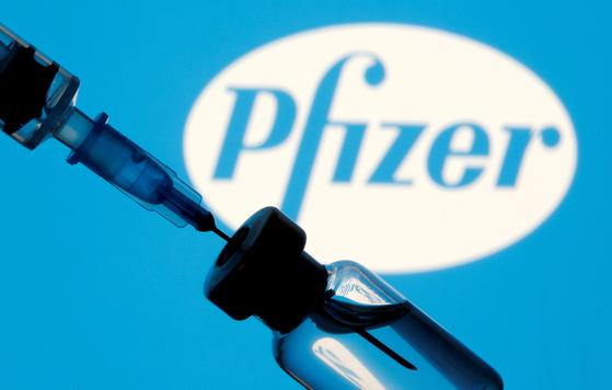 미국 식품의약국(FDA)이 10일(현지시간) 12~15세에 대해 화이자-바이오엔테크 코로나19 백신의 긴급 사용을 승인했다. 미 질병통제예방센터(CDC)가 관련 권고를 발표하고 13일부터 본격적인 접종이 시작될 전망이다. [로이터=연합뉴스]
