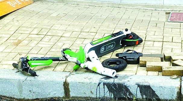 지난해 4월 부산에서 공유형 전동킥보드가 차량과 충돌해 킥보드 운전자가 숨졌다. [연합뉴스]