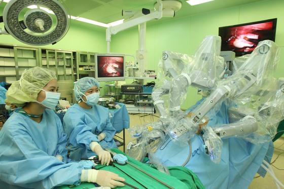 연세암병원의 로봇수술 장면. 중앙포토