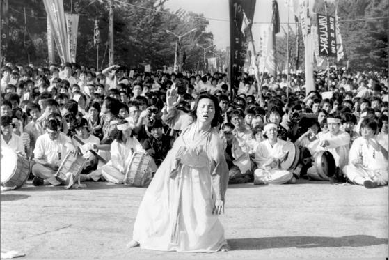 이애주 교수가 1987년 7월 9일 이한열 열사의 넋을 위로하는 춤을 추고 있다. [중앙포토]