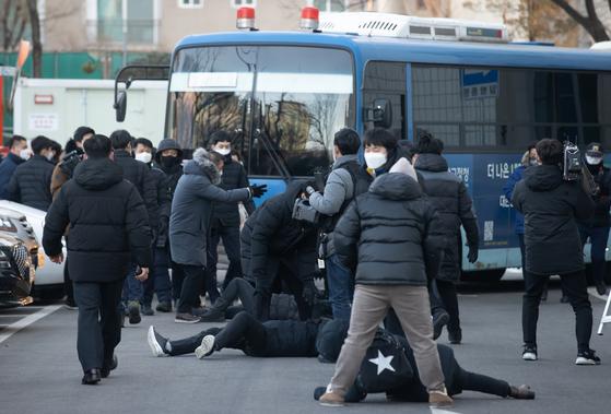 지난 2월 정인이 양모가 탄 호송차량 막는 시민들. 연합뉴스