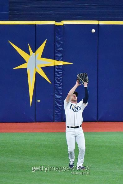 지난 10일 탬파베이와 뉴욕 양키스 경기에서 6회 초 지안카를로 스탠튼의 친 타구를 외야수 브렛 필립스가 포구하고 있다. 사진=게티이미지