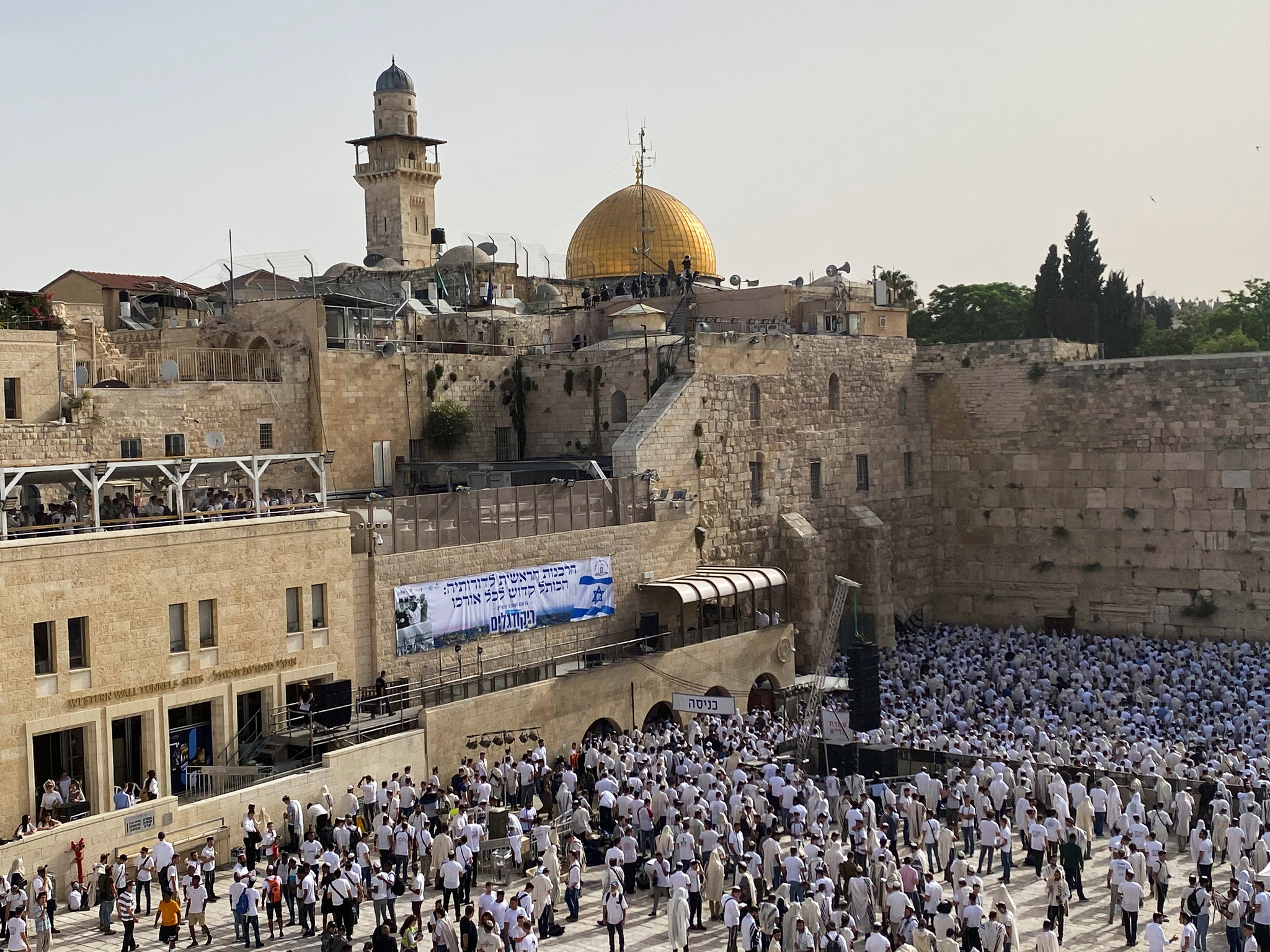 10일(현지시간) '예루살렘의 날'을 맞아 유대인들이 올드시티 통곡의 벽에 모여 기도를 하고 있다. 로이터
