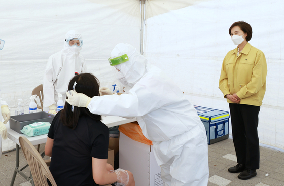 방역 당국이 서울 지역에서 이동형 유전자 증폭(PCR) 선제 검사를 시행한 지 일주일 만에 첫 확진자가 나왔다. 사진은 지난 3일 서울 송파구의 서울체육중·고등학교에서 이동형 PCR 검사팀이 검체를 채취하는 모습. 제공 교육부