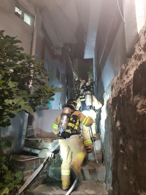 지난해 10월 창신동에서 화재가 발생했을 당시 화재 진압 모습. 좁은 골목길로 소방대원들이 일렬로 현장으로 진입하고 있다. 사진 독자